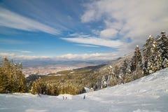 Προς τα κάτω κάνοντας σκι στην ηλιόλουστη ημέρα Στοκ φωτογραφίες με δικαίωμα ελεύθερης χρήσης