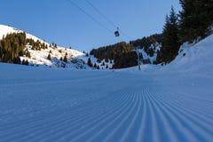Προς τα κάτω κάνοντας σκι το πρωί Στοκ Εικόνες