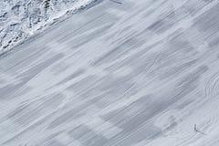 Προς τα κάτω κάνοντας σκι, χειμερινός αθλητισμός στο βουνό Στοκ φωτογραφία με δικαίωμα ελεύθερης χρήσης
