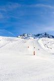 Προς τα κάτω κάνοντας σκι, χιονοσκεπή βουνά Στοκ Φωτογραφία