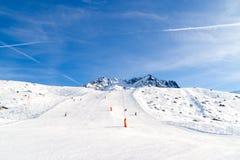 Προς τα κάτω κάνοντας σκι, χιονοσκεπή βουνά Στοκ Φωτογραφίες