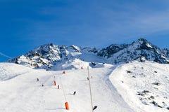 Προς τα κάτω κάνοντας σκι, χιονοσκεπή βουνά Στοκ φωτογραφία με δικαίωμα ελεύθερης χρήσης