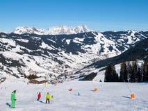 Προς τα κάτω κλίνετε και apres καλύβα βουνών σκι με το πεζούλι εστιατορίων στο χειμερινό θέρετρο Saalbach Hinterglemm Leogang, Ti Στοκ Εικόνες