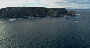 Προς τα κάτω μετακίνηση κατά μια γενική εναέρια άποψη που φτάνει πιό κοντά στη θάλασσα με πολλούς απότομους βράχους φιλμ μικρού μήκους