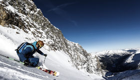 προς τα κάτω να κάνει σκι σκονών freeride εκτός πίστας χιόνι Στοκ φωτογραφίες με δικαίωμα ελεύθερης χρήσης
