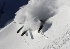 προς τα κάτω να κάνει σκι σκονών freeride εκτός πίστας χιόνι Στοκ Εικόνες