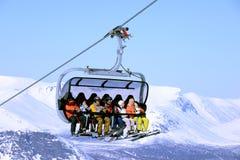 Προς τα κάτω να κάνει σκι στα χειμερινά βουνά σε Khibiny Στοκ Εικόνες