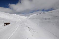 Προς τα κάτω να κάνει σκι στα χειμερινά βουνά σε Khibiny (Hibiny) Στοκ Εικόνα