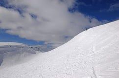 Προς τα κάτω να κάνει σκι στα χειμερινά βουνά σε Khibiny (Hibiny) Στοκ Φωτογραφίες
