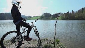 Προς τα κάτω ο οδηγός έρχεται στη λίμνη απόθεμα βίντεο