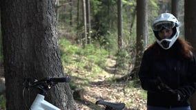 Προς τα κάτω ο οδηγός έρχεται στο ποδήλατο ενώ φιλμ μικρού μήκους