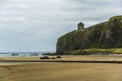 Προς τα κάτω παραλία και ναός Mussenden, ακτή της Βόρειας Ιρλανδίας Στοκ φωτογραφία με δικαίωμα ελεύθερης χρήσης