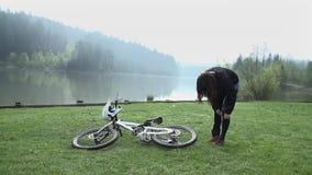 Προς τα κάτω ποδηλάτης από τη λίμνη το πρωί απόθεμα βίντεο