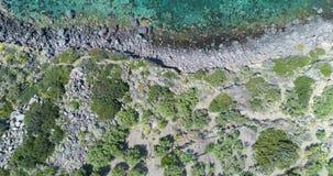Προς τα πίσω από πάνω εναέριος στην άγρια ακτή Μεσογείων, μπλε νερό Το περιβάλλον φύσης ταξιδεύει υπαίθρια το establisher απόθεμα βίντεο