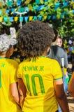Προς τα πίσω μιας γυναίκας με την τρίχα afro που φορά ένα κίτρινο πουκάμισο από το τ Στοκ φωτογραφίες με δικαίωμα ελεύθερης χρήσης