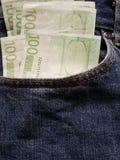 προσέγγιση στην μπροστινή τσέπη των τζιν στο μπλε με τα ευρωπαϊκά τραπεζογραμμάτια στοκ φωτογραφία