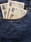 προσέγγιση στην μπροστινή τσέπη των τζιν στο μπλε με τα ιαπωνικά τραπεζογραμμάτια στοκ φωτογραφία με δικαίωμα ελεύθερης χρήσης