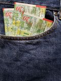προσέγγιση στην μπροστινή τσέπη των τζιν στο μπλε με τα ισραηλινά τραπεζογραμμάτια στοκ εικόνες