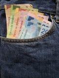 προσέγγιση στην μπροστινή τσέπη των τζιν στο μπλε με τα μεξικάνικα τραπεζογραμμάτια στοκ φωτογραφία με δικαίωμα ελεύθερης χρήσης