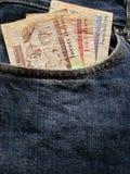 προσέγγιση στην μπροστινή τσέπη των τζιν στο μπλε με τα μπελιζινά τραπεζογραμμάτια στοκ φωτογραφία με δικαίωμα ελεύθερης χρήσης