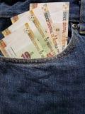 προσέγγιση στην μπροστινή τσέπη των τζιν στο μπλε με τα περουβιανά τραπεζογραμμάτια στοκ φωτογραφία