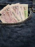 προσέγγιση στην μπροστινή τσέπη των τζιν στο μπλε με τα σιγκαπούριος τραπεζογραμμάτια στοκ φωτογραφίες