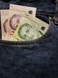 προσέγγιση στην μπροστινή τσέπη των τζιν στο μπλε με τα σιγκαπούριος τραπεζογραμμάτια στοκ εικόνες με δικαίωμα ελεύθερης χρήσης