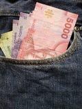προσέγγιση στην μπροστινή τσέπη των τζιν στο μπλε με τα της Χιλής τραπεζογραμμάτια στοκ φωτογραφίες με δικαίωμα ελεύθερης χρήσης
