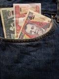 προσέγγιση στην μπροστινή τσέπη των τζιν στο μπλε με τα της Γουατεμάλας τραπεζογραμμάτια στοκ φωτογραφία με δικαίωμα ελεύθερης χρήσης