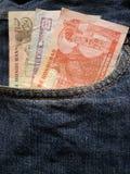 προσέγγιση στην μπροστινή τσέπη των τζιν στο μπλε με τα τραπεζογραμμάτια Ονδουριανών στοκ φωτογραφίες με δικαίωμα ελεύθερης χρήσης