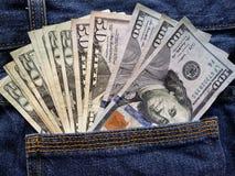 προσέγγιση στην πίσω τσέπη των τζιν στο μπλε με τα αμερικανικά τραπεζογραμμάτια στοκ φωτογραφίες