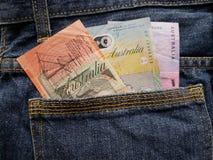 προσέγγιση στην πίσω τσέπη των τζιν στο μπλε με τα αυστραλιανά τραπεζογραμμάτια στοκ φωτογραφία