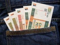 προσέγγιση στην πίσω τσέπη των τζιν στο μπλε με τα κουβανικά τραπεζογραμμάτια στοκ φωτογραφία με δικαίωμα ελεύθερης χρήσης