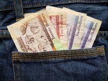 προσέγγιση στην πίσω τσέπη των τζιν στο μπλε με τα μπελιζινά τραπεζογραμμάτια στοκ φωτογραφίες με δικαίωμα ελεύθερης χρήσης