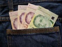 προσέγγιση στην πίσω τσέπη των τζιν στο μπλε με τα σιγκαπούριος τραπεζογραμμάτια στοκ φωτογραφία με δικαίωμα ελεύθερης χρήσης