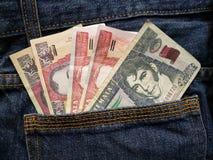 προσέγγιση στην πίσω τσέπη των τζιν στο μπλε με τα της Γουατεμάλας τραπεζογραμμάτια στοκ φωτογραφία με δικαίωμα ελεύθερης χρήσης