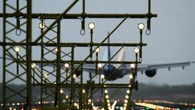 Προσέγγιση στον αερολιμένα το βράδυ απόθεμα βίντεο