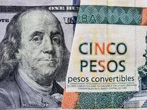 προσέγγιση στο αμερικανικό τραπεζογραμμάτιο 100 δολαρίων και το κουβανικό τραπεζογραμμάτιο πέντε πέσων convertibles στοκ φωτογραφία με δικαίωμα ελεύθερης χρήσης