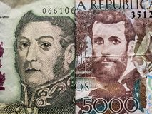 προσέγγιση στο αργεντινό τραπεζογραμμάτιο πέντε πέσων και το κολομβιανό τραπεζογραμμάτιο 5000 πέσων