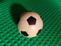 προσέγγιση στο ποδόσφαιρο, στην πράσινη τρισδιάστατη σφαίρα σύστασης Στοκ Φωτογραφίες