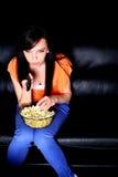 προσέχοντας νεολαίες γυναικών TV softa Στοκ εικόνα με δικαίωμα ελεύθερης χρήσης