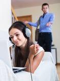 Προσέχοντας φίλη ατόμων που παίζει on-line Στοκ Εικόνα
