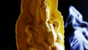 Προσανατολίστε το άγαλμα του Βούδα, γεμισμένο θυμίαμα καψίματος καπνού αιθάλη απόθεμα βίντεο