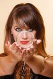 Προσανατολίστε το κορίτσι με το makeup που παρουσιάζει armlet Στοκ εικόνες με δικαίωμα ελεύθερης χρήσης