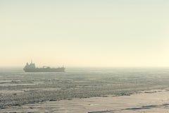 Προσαραγμένο θαλάσσιος πάγος σκάφος Στοκ φωτογραφίες με δικαίωμα ελεύθερης χρήσης
