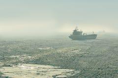 Προσαραγμένο θαλάσσιος πάγος σκάφος Στοκ εικόνα με δικαίωμα ελεύθερης χρήσης