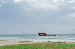 Προσαραγμένο σκάφος σε μια μπλε καραϊβική θάλασσα στοκ εικόνες