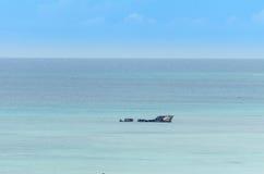 Προσαραγμένο σκάφος σε μια μπλε καραϊβική θάλασσα στοκ φωτογραφία
