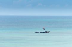 Προσαραγμένο σκάφος σε μια μπλε καραϊβική θάλασσα στοκ εικόνα με δικαίωμα ελεύθερης χρήσης
