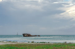 Προσαραγμένο σκάφος σε μια μπλε καραϊβική θάλασσα στοκ εικόνες με δικαίωμα ελεύθερης χρήσης